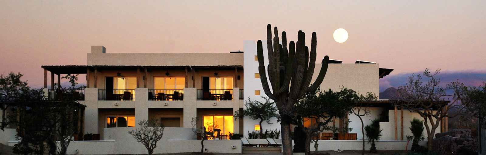Mexico Yoga Retreats & Wellness Center: Moonrise over Community Buidling